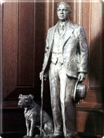 Statue W. L. Mackenzie King with Pat